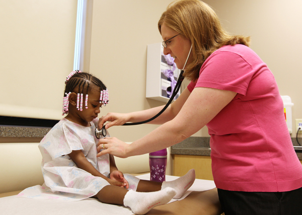 Dr. Molly Shaw, of ACHP Fairlawn, examines a patient.