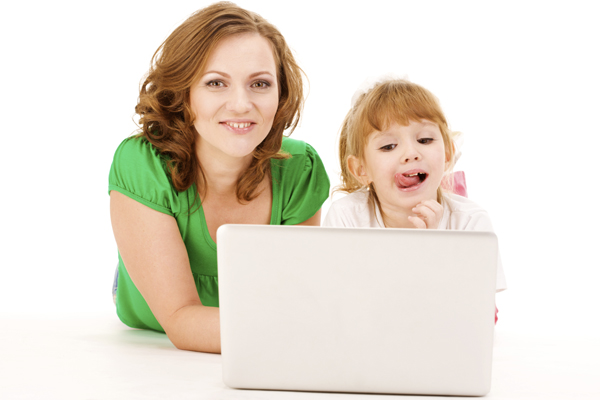 mom-and-daughter-using-laptop