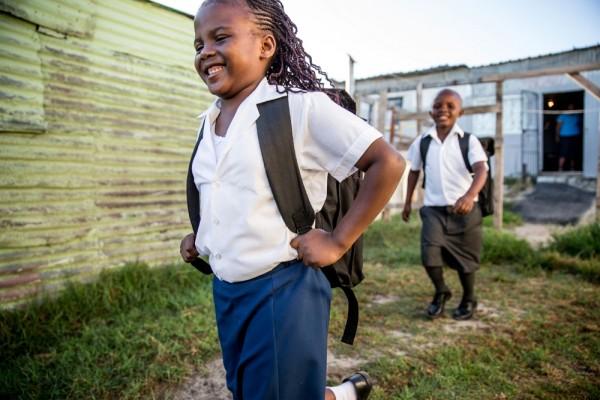 kids-walking-backpacks